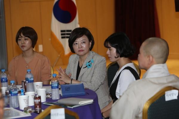 진선미 여성가족부 장관은 23일 전북여성교육문화센터에서 전북지역 결혼이주여성들과 간담회를 가졌다.   신상기 기자